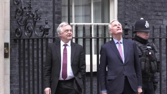 Barnier y Davis inician una guerra de palabras por las reclamaciones de Brexit