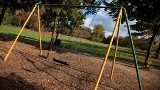 Bimbo di 7 anni muore mentre gioca in un parco con amici