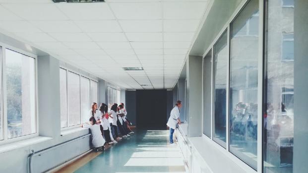 Roma, infermiere mette aghi di siringhe sui bus
