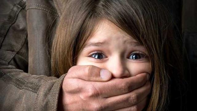 Niño de 4 años es forzado a tener relaciones sexuales.