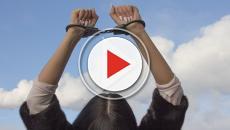 VIDEO - Relazione bollente con l'alunno: professoressa nei guai