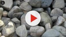 Assista: Ladrão é nocauteado por comparsa com uma pedrada durante roubo