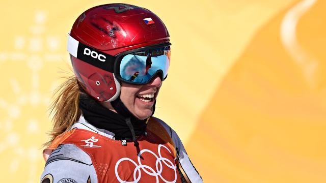 Snowboarder Ester Ledecka impacta a Lindsey Vonn y al campo Super-G