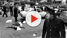 Un imbecille imbratta la targa dedicata alla scorta di Aldo Moro in Via Fani