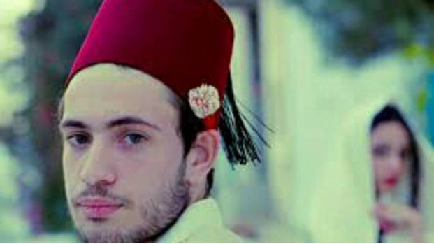 Le mystère caché derrière la chéchia: le petit bonnet rouge qui donne du charme