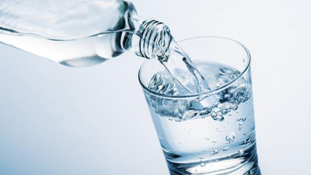 ¡La moda del agua cruda! ¿Será bueno beberla?
