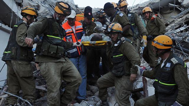 Rescatista sirio encuentra a su propia madre muerta entre los escombros