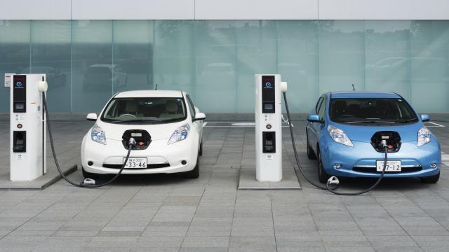 El coche eléctrico se vasa en el carbón y el monopolio
