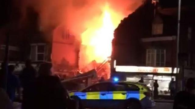 Fuerte explosión fue atendida por los bomberos en calle de Leicester