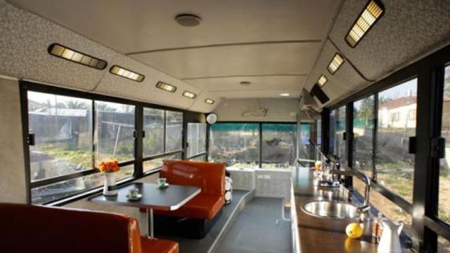 Autobús urbano retirado convertido en una pequeña sala de estar