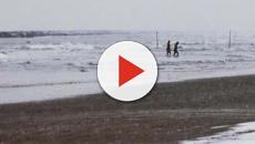 Pescara: sfida il maltempo con un bagno nell'Adriatico