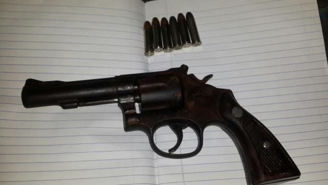Maestro trae un arma a la escuela y dispara el aula