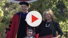 Madre asistió a la universidad para ayudar a su hijo
