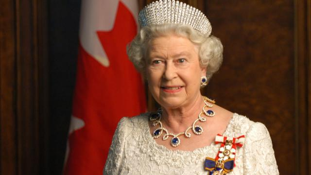 ¡Histórico! Reina Isabel II asiste a su primer desfile con Anna Wintour