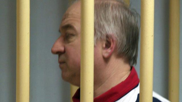 Ex espía e hija rusas envenenadas con agente neurotóxico, dice la policía