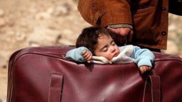 Siria: il bimbo che dorme nella valigia commuove il mondo