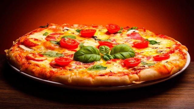 La pizza es craccata sfotte y controversia en Nápoles para la variante del chef