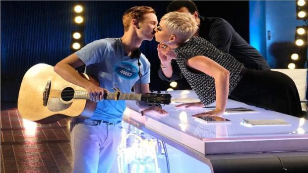 Vídeo: Katy Perry roba beso a concursante de American Idol