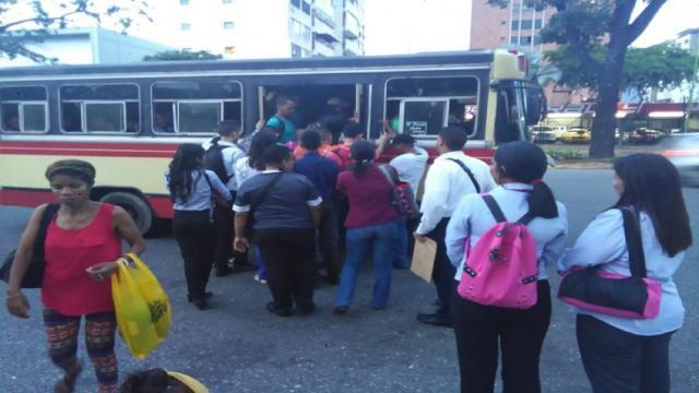 VIDEO:Colapso del transporte público otra cara de la crisis en Venezuela