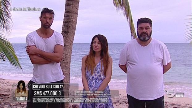 Perché Valeria Marini lascia l'Isola?