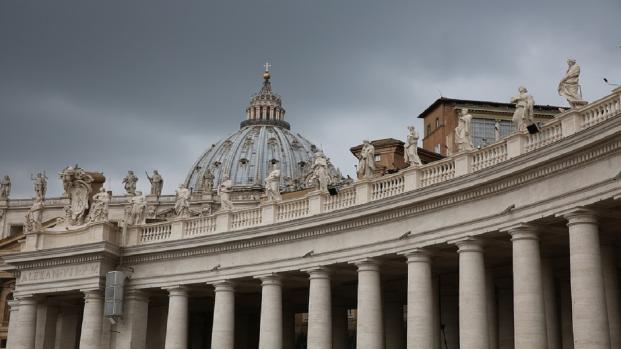 Paura a San Pietro, cadono calcinacci: Papa Francesco fa visita ai carcerati