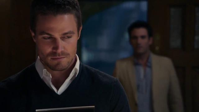 Arrow: Stephen Amell da pistas en la temporada 6 haciendo un Flashback con Tommy