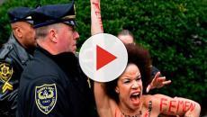 Una mujer protesta en 'topless' en contra del actor Bill Cosby