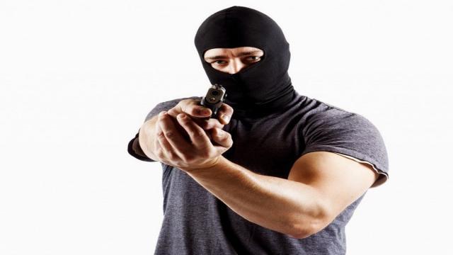 Vítima reage a tentativa de assalto e mata um dos bandidos com um tiro na cabeça