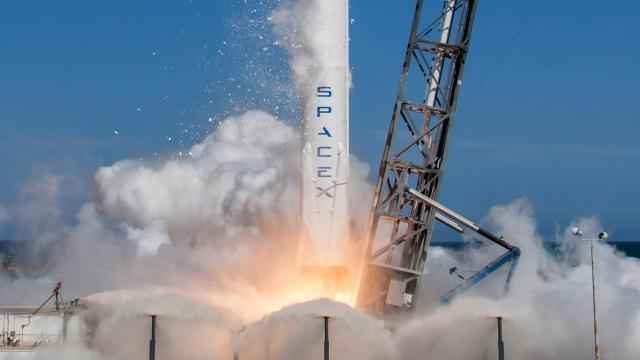 SpaceX piensa en transportar humanos en sus cohetes