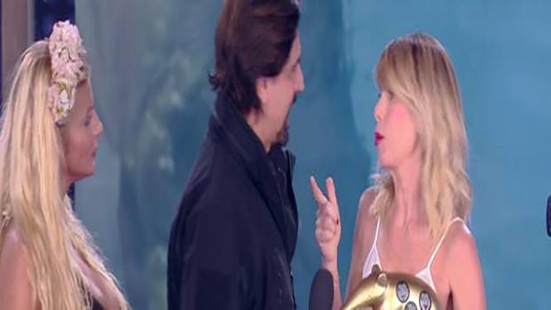 """""""Isola dei Famosi"""", Staffelli consegna un Tapiro in studio ad Alessia Marcuzzi"""
