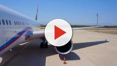 Terrore in volo, scoppia il motore, donna quasi trascinata fuori dall'oblò