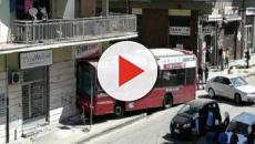 Cosenza, tragedia sfiorata: autobus sfonda vetrina di un negozio