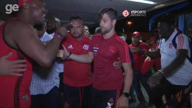 Diego Alves joga café quente em torcedores que atacam jogadores do Flamengo