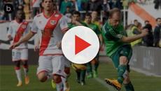 Fútbol: un hombre se encarama en el Rayo Vallecano - Tenerife