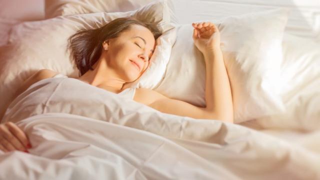 ¿Alguna vez te duermes y te despiertas asustado? Es por eso que sucede