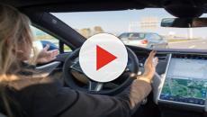 Inghilterra: gli ritirano la patente perché guida con il pilota automatico