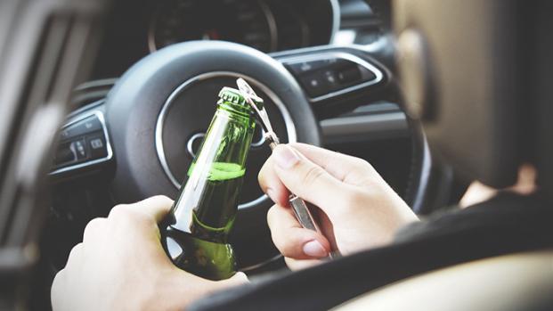 VIDEO - Coppia ubriaca abbandona figlio di 6 anni in auto