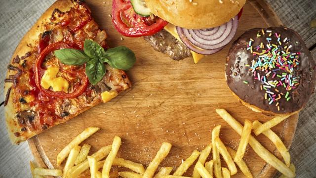 ¿Cuántas calorías debo comer al día?