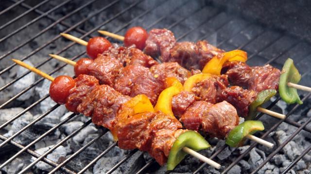 Pinchos de carne y verduras con polenta