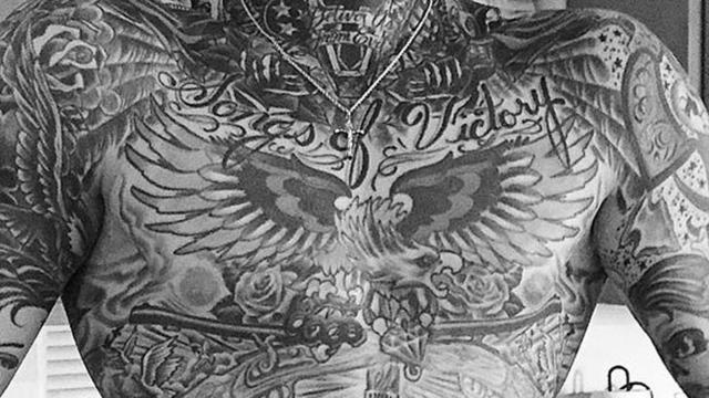 Tatuajes: el calor golpea al acecho, la piel cubierta de sudor tatoo menos