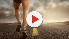 VIDEO - Corre alla maratona di Londra e batte il campione olimpico. Ecco come