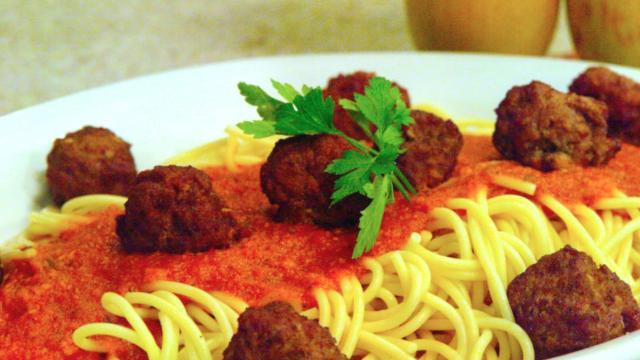Receta: Espagueti con huevos, calabacín y perejil