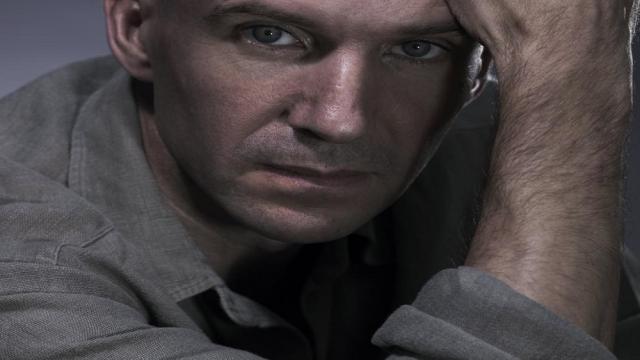 Ralph Fiennes: Su papel en Bond estaría en riesgo por choque con otra película