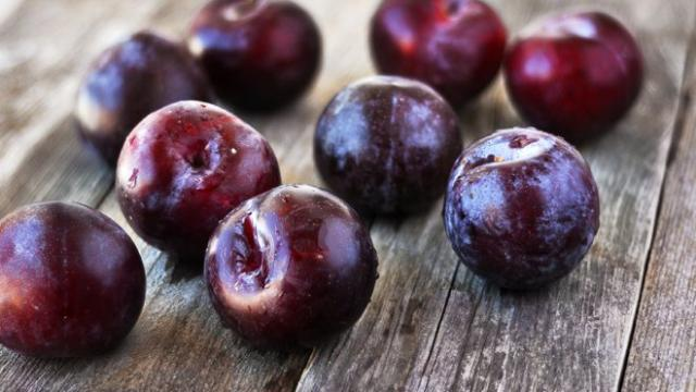 La ciruelas son una carga de potasio, fibra y vitamina K