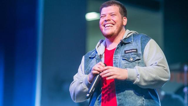 Após discutir com fã, cantor Ferrugem quebra celular
