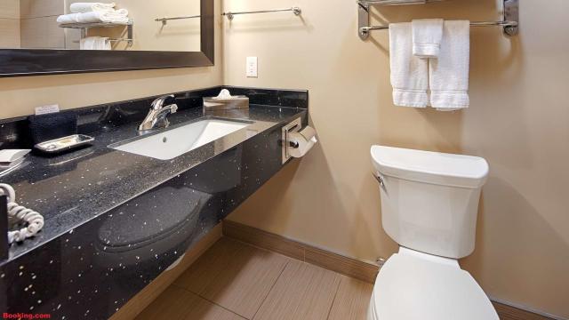 Mulher é impedida de usar banheiro de restaurante e defeca no corredor