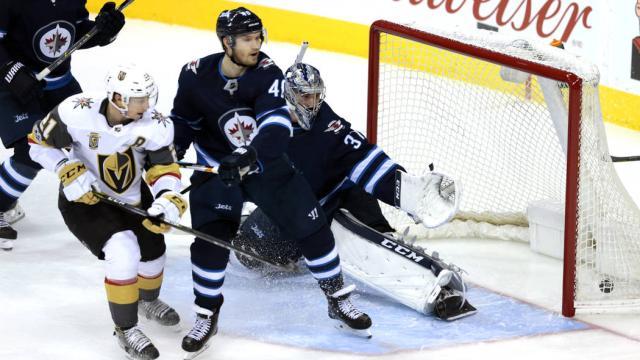 Vegas sobrevive el rally tardío de Winnipeg y se pone 2-1 en final del Oeste