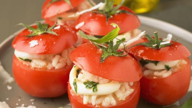 Tomates rellenos de mozzarella gratinado en el horno