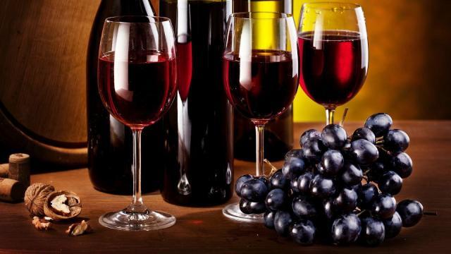 ¿Es saludable beber vino tinto?