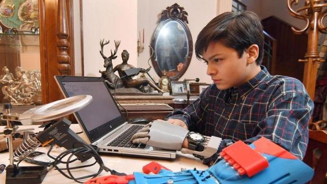 El niño boliviano que logro fabricar una mano robótica